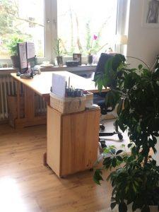 Nachherfoto von dem Schreibtisch im Homeoffice am Fenster